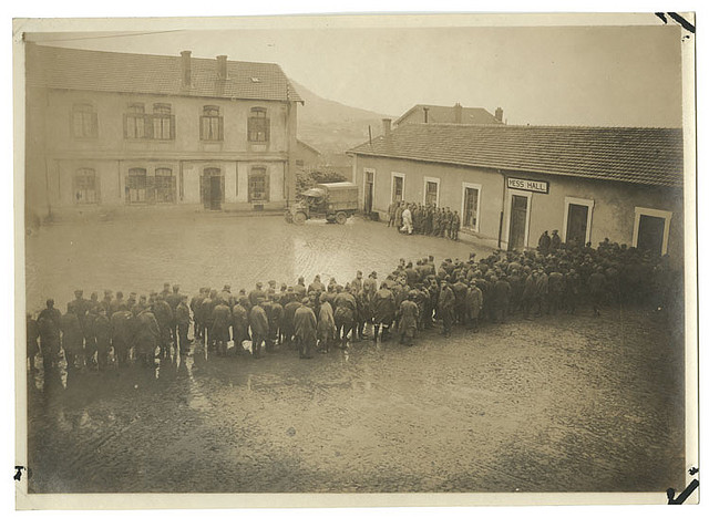 Old photo of soldiers lining up in swarms for the mess hall.