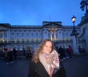 Francesca smiling outside of Buckingham Palace.